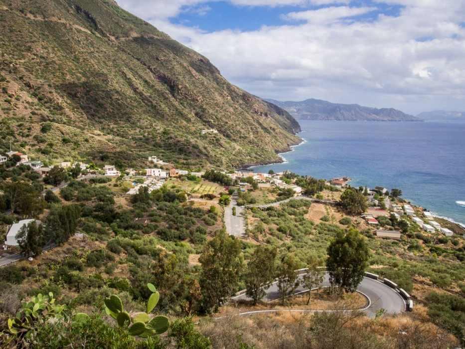 The winding road down to Rinella, Salina