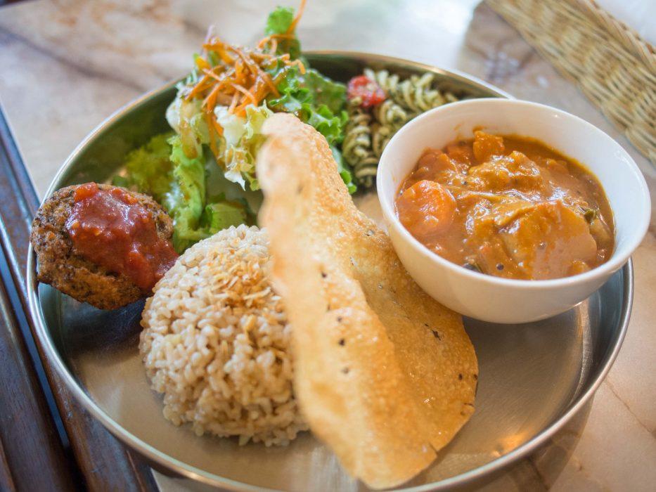 Curry lunch set at Nagi Shokudo vegan restaurant in Tokyo