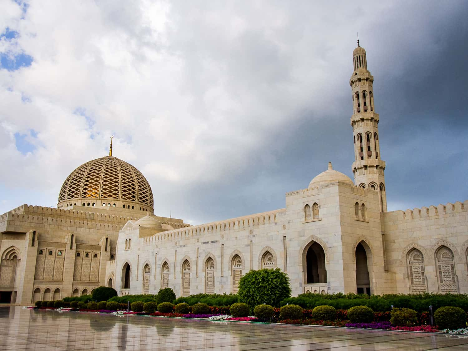 The Sultan Qaboos Grand Mosque in Muscat, a highlight of any Oman itinerary